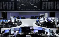 Operadores trabajando en la Bolsa de Fráncfort, Alemania, 11 de noviembre de 2015. Las bolsas europeas retrocedían en las primeras operaciones del jueves después de que algunas compañías reportaron resultados decepcionantes, y Rolls Royce se desplomaba cerca de un 20 por ciento tras emitir una advertencia de ganancias. REUTERS/Staff/remote