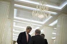 Госсекретарь США Джон Керри разговаривает с главой МИД Узбекистана Абдулазизом Камиловым во время визита в Самарканд. 1 ноября 2015 года. Узбекистан в четверг, вскоре после визита госсекретаря США Джона Керри, освободил одного из наиболее долго находившихся за решеткой политических узников, сообщили правозащитники. REUTERS/Brendan Smialowski/Pool