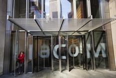 Женщина выходит из штаб-квартиры Viacom Inc. в Нью-Йорке. 30 апреля 2013 года. Медиахолдинг Viacom Inc сообщил в четверг о не дотянувшей до прогнозов квартальной выручке, во многом по причине нехватки кассовых фильмов. REUTERS/Lucas Jackson