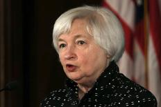 Глава ФРС США Джанет Йеллен на конференции в Вашингтоне. 12 ноября 2015 года. Федеральная резервная система США должна проанализировать воздействие посткризисного финансового регулирования и новые каналы, через которые политика влияет на рынки, при подготовке повышения процентных ставок, сказала глава ФРС Джанет Йеллен в четверг. REUTERS/Carlos Barria