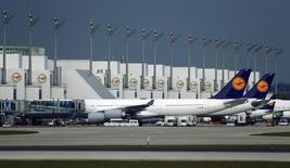 Aviones de Lufthansa en el aeropuerto internacional de Múnich, Alemania, 9 de noviembre de 2015. La aerolínea alemana Lufthansa aseguró que sus operaciones volverán a la normalidad el sábado, aunque una huelga de una semana de la tripulación podría dejar en tierra otros 941 vuelos el viernes. REUTERS/Michael Dalder