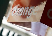 L'autorité des télécoms, l'Arcep, a lancé jeudi une consultation publique en vue d'encadrer les tarifs pratiqués par Orange pour donner accès à son réseau (boucle locale) aux autres opérateurs télécoms en 2016 et en 2017 afin qu'ils puissent proposer leurs services à leurs clients. Le tarif récurrent mensuel de l'offre ne pourra dépasser 9,10 euros en 2016 et 9,45 euros en 2017. /Photo prise le 3 juillet 2015/REUTERS/Regis Duvignau