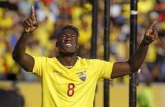 Felipe Caicedo, do Equador, comemora após marcar gol contra o Uruguai pelas eliminatórias da Copa do Mundo, em Quito, no Equador, nesta quinta-feira. 12/11/2015 REUTERS/Guillermo Granja