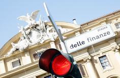 L'économie italienne a crû moins qu'attendu au troisième trimestre, confortant le scénario d'une reprise modeste et fragile cette année après trois ans de récession. Le produit intérieur brut de la troisième économie de la zone euro a augmenté de 0,2% sur le trimestre juillet-septembre par rapport au précédent et de 0,9% en rythme annuel. /Photo d'archives/REUTERS/Alessandro Bianchi
