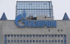 Логотип Газпрома на штаб-квартире компании в Москве 24 февраля 2015 года.  Газпром снизил прогноз добычи на 2015 год до 427 миллиардов кубометров с прежнего прогноза 444,6 миллиарда кубометров, говорится в отчете компании по РСБУ. REUTERS/Maxim Zmeyev