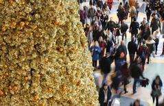 Люди в торговом центре в Берлине 19 декабря 2014 года. Европейские семьи, скорее всего, потратят в среднем немного меньше денег на это Рождество, при этом, сильнее всего расходы снизятся в Греции и России, следует из результатов исследования, обнародованных в пятницу. REUTERS/Fabrizio Bensch