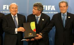 President of the Spanish-Portuguese bid committee Angel Maria Villar Llona (C) of Spain and the committee's Vice-President Gilberto Madail (R) of Portugal submit their official bid book for the 2022 Soccer World Cup to FIFA President Sepp Blatter (L) during an official handover ceremony at the FIFA headquarters in Zurich May 14, 2010.      REUTERS/Arnd Wiegmann