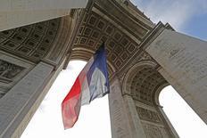 Bandeira nacional francesa vista do Arco do Triunfo, em Paris.  11/11/2015    REUTERS/Jacky Naegelen