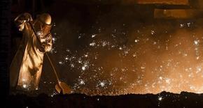 El crecimiento económico de Alemania se desaceleró en el tercer trimestre de 2015 ya que el comercio exterior pesó en la mayor economía de Europa, según mostraron los datos preliminares de la Oficina Federal de Estadística publicados el viernes. En la imagen de archivo, un trabajador del metal en una planta de Salzgitter. REUTERS/Fabian Bimmer