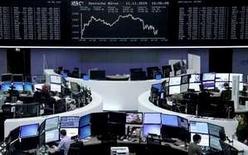 Operadores trabajando en la Bolsa de Fráncfort, 11 de noviembre de 2015. Las acciones europeas cayeron el viernes, presionadas por algunas ganancias corporativas débiles, y anotaron su mayor pérdida semanal en cerca de dos meses. REUTERS/Staff/remote