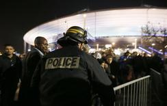Polícia controla saída de torcedores do Stade de France após amistoso entre França e Alemanha. 13/11/2015 REUTERS/Gonazlo Fuentes