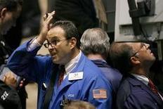 Трейдеры на бирже Нью-Йорка. Инвесторам предстоит ступить на неизвестную территорию в следующем месяце, поскольку Федрезерв США готовится впервые почти за десять лет повысить процентные ставки на фоне снижения корпоративной прибыли. REUTERS/Lucas Jackson (UNITED STATES)