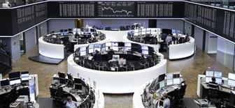 Operadores trabajando en la Bolsa de Fráncfort, 13 de noviembre de 2015. Las bolsas europeas abrieron el lunes a la baja, presionadas por los títulos relacionados con viajes y turismo tras los atentados del viernes en París, en los que murieron más de 130 personas. REUTERS/Staff/remote