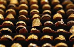 Varios anillos de oro en una tienda en Kuala Lumpur el 21 de abril de 2011. El oro y el petróleo subían el lunes en un comercio nervioso después de los ataques mortales en París y las incursiones aéreas de Francia en Siria, aunque los mercados de más amplios de materias primas seguían débiles por unos fundamentos pobres. REUTERS/Bazuki Muhammad