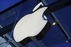 El logo de Apple en una tienda de la compañía en Palo Alto, EEUU, nov 13, 2015. La oficina federal de carteles alemana inició una investigación sobre un acuerdo de Apple con Amazon para la compra de libros en audio, dijo el lunes el regulador de competencia en un comunicado.  REUTERS/Stephen Lam