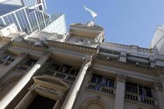 La fachada del Banco Central de Argentina visto en Buenos Aires, 16 de junio de 2014. El Banco Central de Argentina redujo el lunes a 50.000 dólares, desde los 75.000 previos, el monto máximo de divisas de empresas que las entidades financieras pueden enviar al exterior sin autorización previa, dijeron operadores. REUTERS/Enrique Marcarian