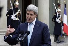 """Госсекретарь США Джон Керии в Париже 17 ноября 2015 года. """"Исламское государство"""" уступает территории на Ближнем Востоке, и западная коалиция во главе с США наступает на позиции группировки, сказал госсекретарь США Джон Керри во вторник.  REUTERS/Philippe Wojazer"""