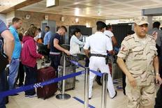Египетские военные проверяют туристов в аэропорту Шарм-эш-Шейха 6 ноября 2015 года. Власти Египта задержали двух работников аэропорта Шарм-эш-Шейха по подозрению в причастности к взрыву российского пассажирского самолёта Airbus 321, сообщили два представителя службы безопасности во вторник. REUTERS/Asmaa Waguih