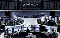 Operadores trabajando en la Bolsa de Fráncfort, Alemania, 16 de noviembre de 2015. Las bolsas europeas abrieron al alza el martes, impulsadas por actualizaciones favorables presentadas por el grupo de trabajo temporal Randstad y la alemana United Internet. REUTERS/Remote/Staff