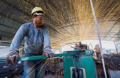 Un trabajador corta barras de metal en una construcción en Lianyungang, China, 12 de septiembre de 2015. Los precios del acero en China tocaron mínimos récord el martes en medio de prolongadas preocupaciones sobre una menor demanda en el mayor consumidor mundial de la materia prima, que según fuentes del mercado han obligado a uno de los mayores productores privados del país a suspender su producción. REUTERS/China Daily