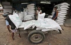 Unos trabajadores descargando sacos de azúcar en un mercado mayorista en Ahmedabad, India, ago 5, 2015. El azúcar tiene sólidos fundamentos de mercado y se beneficiará del paso de los inversores desde los índices de materias primas hacia los commodities individuales, dijo el martes un importante consultor de la industria.   REUTERS/Amit Dave