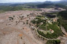 Vista geral do distrito de Bento Rodrigues, coberto pela lama depois que uma barragem da mineradora Samarco rompeu, em Mariana. 10/11/2015 REUTERS/Ricardo Moraes