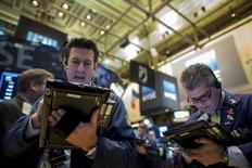 Трейдеры на торгах Нью-Йоркской фондовой биржи 4 ноября 2015 года. Фондовый рынок США вернулся к снижению во вторник после того, как товарищеский матч между футбольными сборными Германии и Нидерландов был отменен из-за угрозы взрыва. REUTERS/Brendan McDermid
