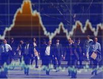 Personas se reflejan en un tablero electrónico que muestra la reciente fluctuación del índice Nikkei, afuera de una correduría en Tokio, 7 de noviembre de 2012. Las bolsas de Asia caían el miércoles luego de que una nueva amenaza de bomba y un tiroteo en la capital francesa redujeron el apetito por el riesgo, mientras que las apuestas de que la Reserva Federal sigue en camino de elevar las tasas de interés en Estados Unidos apuntalaban al dólar. REUTERS/Toru Hanai