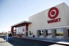 La chaîne américaine de magasins à bas coûts Target a relevé mercredi son objectif de résultat annuel après avoir réalisé un bénéfice trimestriel supérieur aux attentes grâce aux bonnes performances de ses ventes sur internet et des ventes de produits ciblés dans le cadre de son plan de redressement. /Photo d'archives/REUTERS/Rick Wilking