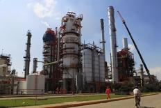 Trabajadores caminan en una de las plantas de refinería de Pemex en Tula, México, 21 de noviembre de 2013. La constructora mexicana ICA dijo el miércoles que su subsidiaria ICA Fluor firmó un contrato con la petrolera estatal Pemex por unos 1,100 millones de dólares para la prestación de servicios en el proceso de modernización de la refinería de Tula, Hidalgo, en el centro de México. REUTERS/Henry Romero