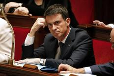 """Премьер-министр Франции Мануэль Вальс на заседании правительства в Париже. 10 ноября 2015 года. Франция, воюющая с боевиками """"Исламского государства"""", может столкнуться с угрозой химической или бактериологической атаки, заявил премьер-министр страны Мануэль Вальс. REUTERS/Charles Platiau"""