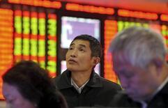 Inversores frente a un tablero electrónico que muestra información bursátil, en una correduría en Fuyang, China, 18 de noviembre de 2015. Las acciones chinas avanzaron el jueves, luego de que un fuerte repunte de los valores de pequeña capitalización contrarrestó el lastre de los papeles ligados al sector inmobiliario y por la cautela de los inversores antes de una serie de nuevas salidas a bolsa. REUTERS/Li Sanxian