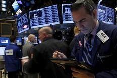 Operadores trabajando en la Bolsa de Nueva York, 16 de noviembre de 2015. Wall Street operaba estable el jueves a media sesión, mientras que las acciones de las compañías de salud acababan con tres días de subidas después de que UnitedHealth recortó su previsión de beneficios para el año. REUTERS/Brendan McDermid