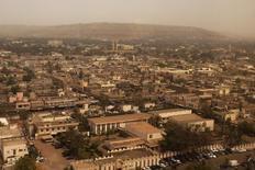 Вид на Бамако во время песчаной бури 19 февраля 2014 года. Как минимум 27 человек погибли в результате захвата исламистами отеля Radisson Blu в столице Мали Бамако, операция по освобождению заложников завершена. REUTERS/Joe Penney