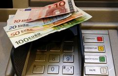 Le fabricant américain d'automates bancaires et de caisses automatiques Diebold a lancé une offre de 1,7 milliard d'euros en actions et en numéraire sur son concurrent allemand Wincor Nixdorf. Dette comprise, l'offre de Diebold valorise la société allemande à 1,7 milliard d'euros.  /Photo d'archives/REUTERS/Fabrizio Bensch