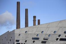 Centrale électrique de l'usine Volkswagen à Wolfsburg. La croissance du secteur privé allemand s'est accélérée en novembre, malgré les inquiétudes diverses liées au ralentissement de l'économie chinoise ou au scandale Volkswagen, entre autres. /Photo pris ele 23 sepotembre 2015/REUTERS/Axel Schmidt