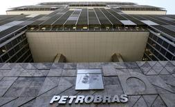 El logo de Petrobras en su sede en Río de Janeiro, 16 de diciembre de 2015. La petrolera estatal brasileña Petróleo Brasileiro S.A. dijo el lunes que no pudo producir 2,29 millones de barriles de crudo y 48,4 millones de metros cúbicos de gas natural durante una huelga que comenzó el 1 de noviembre. REUTERS/Sergio Moraes