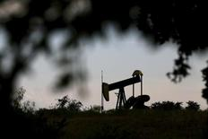Нефтяной станок-качалка в Техасе. 23 августа 2015 года. Кабинет министров Саудовской Аравии в понедельник заявил о готовности сотрудничать со странами, входящими и не входящими в ОПЕК, для достижения стабильности нефтяного рынка. REUTERS/Mike Stone