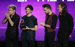 One Direction recebe troféu no American Music Awards 2015, em Los Angeles. 22/11/2015  REUTERS/Mario Anzuoni