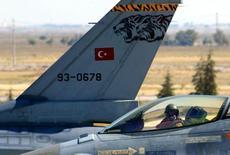 Турецкие истребители F-16 на авиабазе в городе Конья. 8 сентября 2004 года. Турецкие истребители F-16 сбили военный самолет после того, как он нарушил воздушное пространство страны вблизи границы с Сирией и проигнорировал предупреждения, сообщил Рейтер турецкий военный чиновник. REUTERS/Umit Bektas