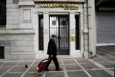 Agence de la Banque nationale de Grèce (BNG). Deux des quatre principales banques grecques, la Banque du Pirée et la BNG, auront besoin d'une aide de 5,7 milliards d'euros du fonds publics de soutien au secteur financier, lui-même soutenu par les bailleurs de fonds internationaux de la Grèce. /Photo prise le 31 octobre 2015/REUTERS/Michalis Karagiannis