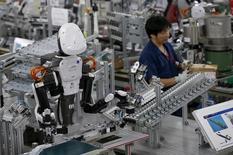Robot dans une usine de l'entreprise Glory à Kazo, au nord de Tokyo. L'activité manufacturière au Japon a connu en novembre son rythme de croissance le plus élevé depuis 20 mois. /Photo prise le 1er juillet 2015/REUTERS/Issei Kato