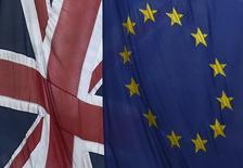 Флаги Британии и Евросоюза в Лондоне 10 ноября 2015 года. Более половины британцев выступают за то, чтобы их страна вышла из состава Европейского союза, свидетельствуют результаты опроса, проведённого после парижских атак для газеты Independent. REUTERS/Toby Melville