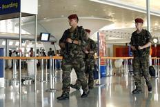 Soldados durante patrulha no aeroporto internacional Charles de Gaulle, em Roissy, França.   04/07/2014    REUTERS/Benoit Tessier