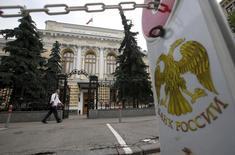 Парковочный столбик у здания Банка России в Москве 9 июля 2015 года. Центробанк РФ может вновь пойти на послабления для банков, кредитующих своих владельцев, на этот раз путем поэтапного введения норматива с 2017 года, начав с повышенного лимита. REUTERS/Maxim Zmeyev