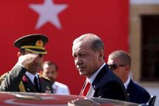 Президент Турции Реджеп Тайип Эрдоган во время визита в Северный Кипр. 20 июля 2015 года. Турецкий президент Реджеп Тайип Эрдоган возглавит совещание по вопросам безопасности во вторник, чтобы обсудить ход событий после того, как Турция сбила российский бомбардировщик, нарушивший, по мнению Анкары, воздушное пространство страны, сообщили источники в окружении президента. REUTERS/Harun Ukar