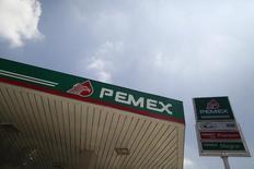 El logo de la petrolera estatal mexicana Pemex en una gasolinera de la compañía en Ciudad de México, ago 28 2015. La petrolera estatal mexicana Pemex dijo el martes que controló un incendio en su principal refinería, en Salina Cruz al sur del país, que continuó operando normalmente salvo por su planta de alquilación.  REUTERS/Edgard Garrido