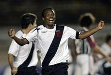 Edilson comemora gol marcado pelo Vasco contra o Fluminense em foto de 2006. 11/05/2006 REUTERS/Bruno Domingos