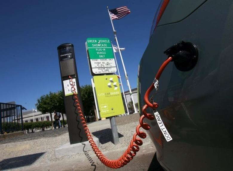 A hybrid Toyota Prius is electrically charged at a municipal charging station near City Hall in San Francisco, California August 6, 2009. REUTERS/Robert Galbraith