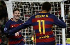 O argentino Lionel Messi, do Barcelona, comemora com Neymar após marcar gol contra a Roma em jogo da Liga dos Campeões, em Barcelona, na Espanha, nesta terça-feira. 24/11/2015 REUTERS/Paul Hanna